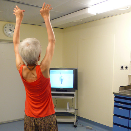 A patient during a yoga exercise, following instructions from the games console. Photo: Jan Zernicke, Charité.