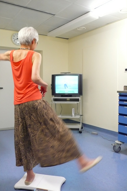 Patient with advanced RA on the balance board during muscle-strengthening exercises. Photo: Jan Zernicke, Charité.